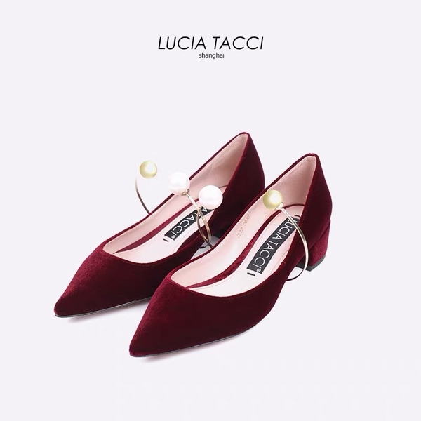 lucia tacci 酒红丝绒尖头珍珠环扣低粗跟鞋 价格约1668元  图片源自品牌