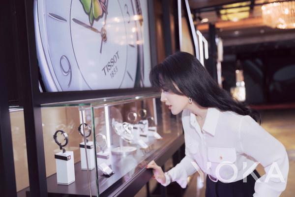 天梭表全球形象代言人刘亦菲驻足天梭现场展区(图片来源于品牌)