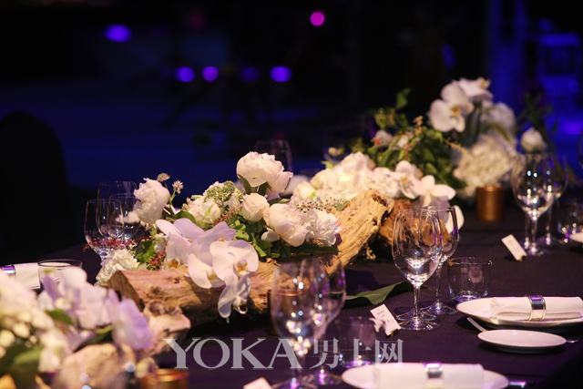 充满自然气息的餐桌布置,以花艺诉说纵横四海的优雅风范
