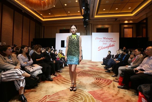 马来时尚秀盛装上演 本土设计师诠释T台魅力
