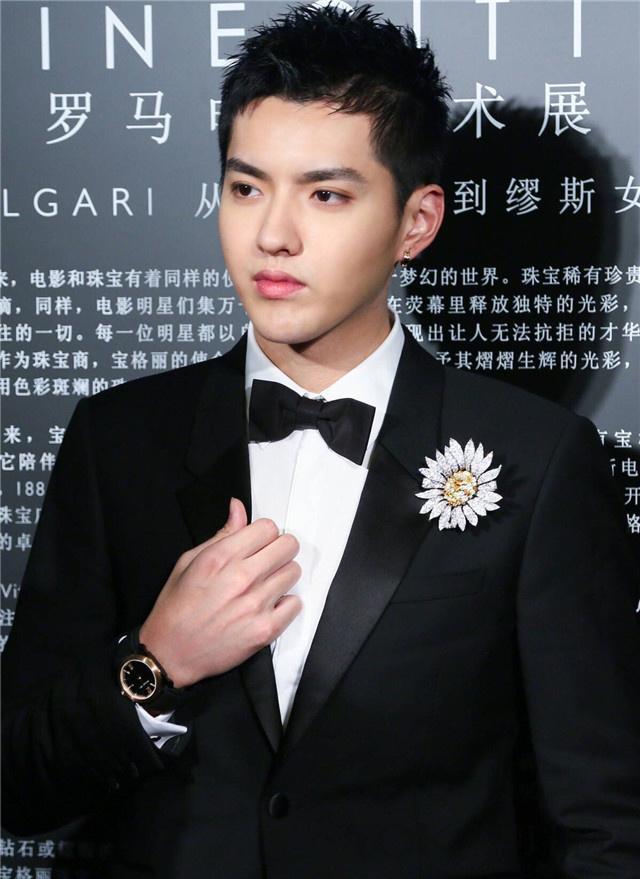 戴上张艺兴和吴亦凡的这些配饰 你穿西装也很帅!