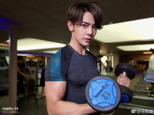 汪东城晒美图T9自拍 球场健身房切换秀火爆身材