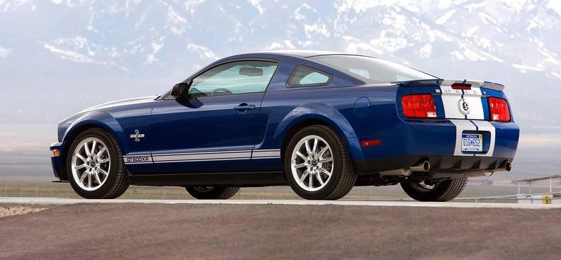 福特野马Shelby GT500KR Shelby GT500KR现身也代表传奇的延续,因为在1968年纽约车展当中,第一代道路王者-Shelby Cobra GT500KR进行全球首演,虽然是以Shelby GT500为基础所打造,但是原先最大功率为261千瓦的428CJ V8发动机,经过调校之后,最大功率一举达到294千瓦,而底盘与悬架系统也同步强化,而Cobra(眼镜蛇)之名从此名响车坛。 40年过去了,美国车坛传奇人物Carroll Shelby所领军的SHELBY Automobiles跑车厂,