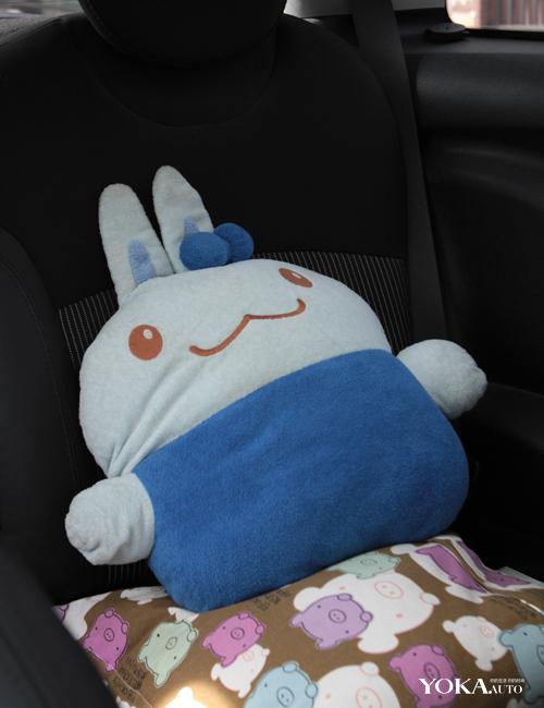 后座上躺着这只可爱的兔子