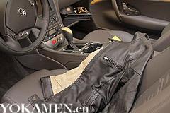 此系列包款以黑色的Cuoio Romano皮革为材质