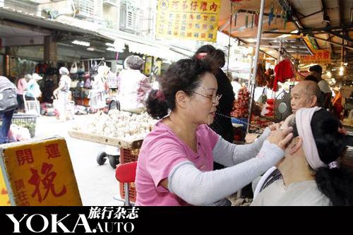 """在街头随处可见的台湾传统""""挽面""""服务"""