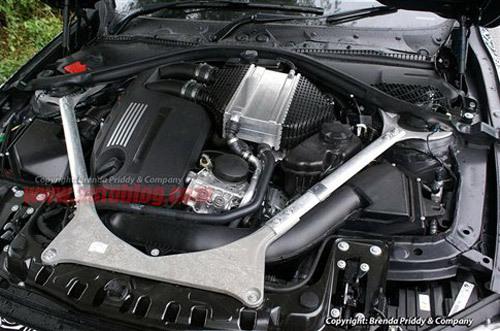 史上最强2.0T发动机?沃尔沃Drive-E要较较劲 2014年,由《汽车与运动evo》杂志主办的中国心年度十佳发动机评选进入了第9个年头。中国心十佳发动机评选与美国沃德十佳发动机和英国国际年度发动机评选并称为世界三大发动机评选、也是国内最权威的汽车发动机评选活动。今年十佳发动机评选首次引入是世界顶尖发动机与自主品牌发动机同场竞技,共有28家汽车和发动机企业拿出了46台优秀发动机报名参评。经过3个月的报名、筛选、审核,11位来自于汽车行业组织的领导,行业的老专家和技术权威组成的专家评审