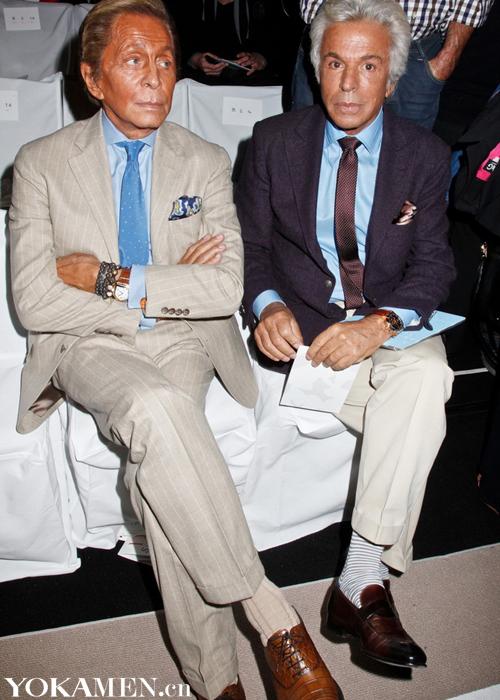 2011年9月Valentino Garavani身着灰色条纹西装搭配蓝色衬衫,与Giancarlo Giammetti参加纽约时装周