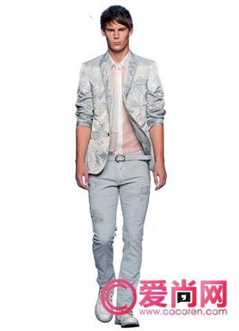 将棉质的衬衫做成镂空的花纹,让衣服更加有个性,同时还很透气哦.