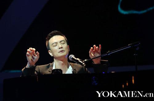 """4.-""""琴键上的王子""""李泉忘情弹唱"""