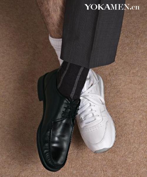 黑皮鞋搭白色运动袜