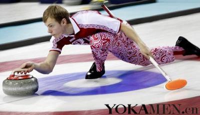 对战挪威队时,俄罗斯冰壶队的服装