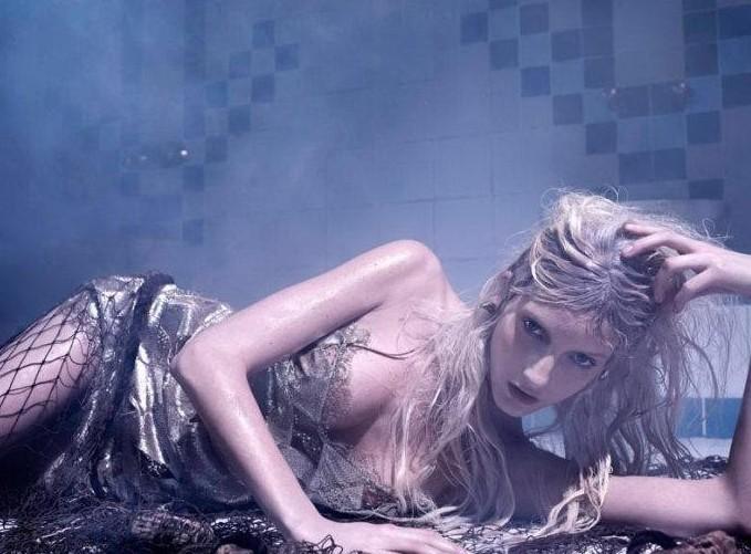蒸汽房里的赤裸湿身美女