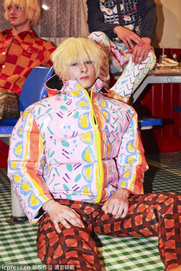 伦敦2013秋冬男装周:Fashion East Menswear Installations 室展。伦敦男装周正在如火如荼的进行中,一天比一天精彩不说,更是一场比一场还要雷!继大眼装、吸血鬼风靡过后,垃圾桶、犀牛头的造型又一次横扫伦敦男装周。