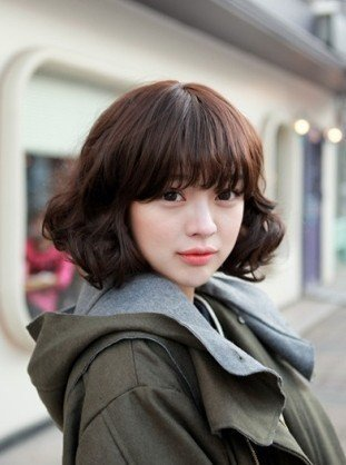 韩国可爱女生的短发发型,原来短款卷发也可以很性感呢,即使被风吹散了,胡乱造型也十分有味道特别有女生的甜美气息。   颜色:黑棕   发型重点:发尾   长度:中短   脸型:圆型 鹅蛋型 长脸型 方型   心动指数:5星   短款卷发也可以很性感呢,即使被风吹散了,胡乱造型也十分有味道
