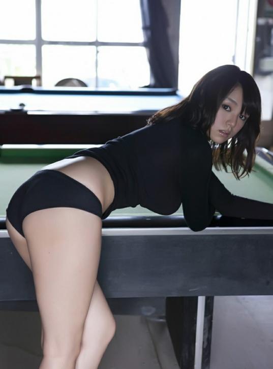 S崎爱身着黑色紧身裙凸显丰满身材