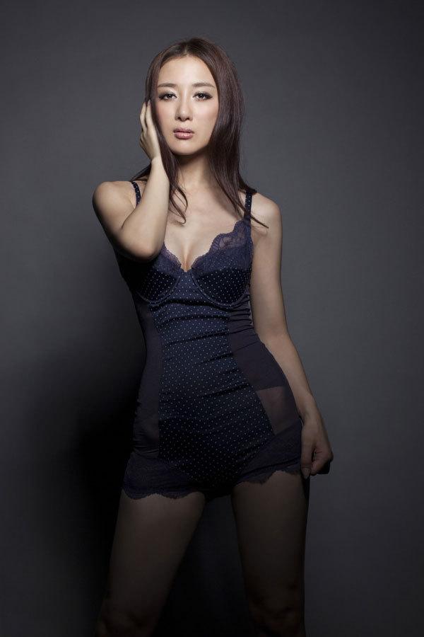 性感虞姬李依晓杂志大片 演绎欲望画室 性
