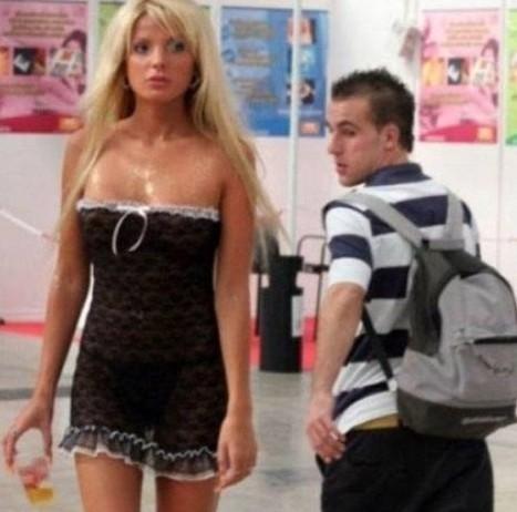 男人偷窥美女的尴尬瞬间