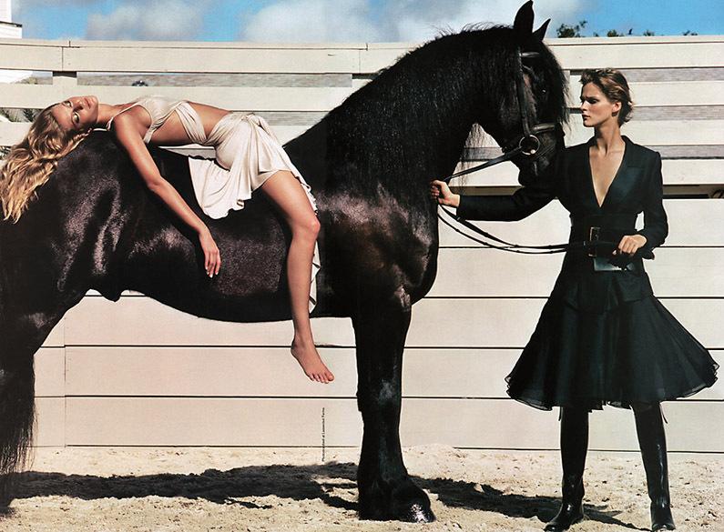 半裸美女与动物亲密接触