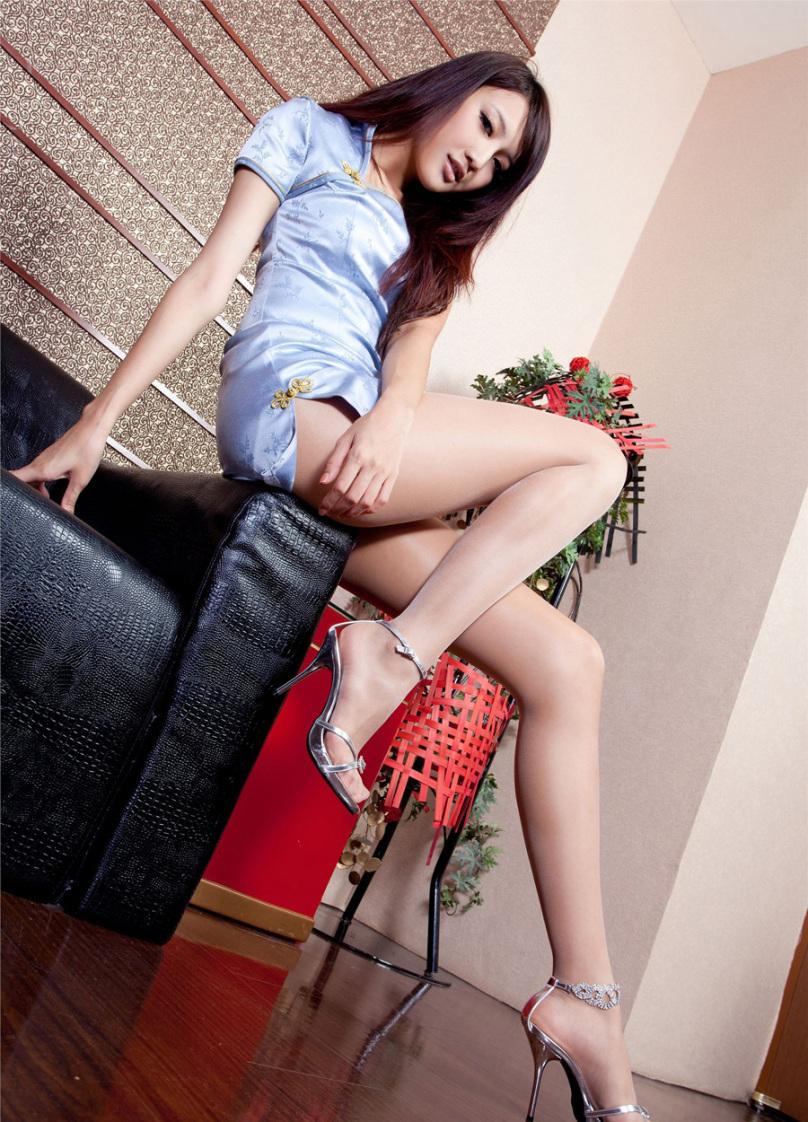肉丝袜高叉旗袍 美女jill吮指迷人风姿