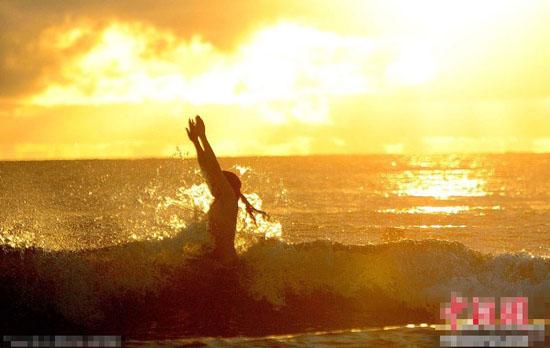 英国海滩200人集体裸泳 欲破世界纪录
