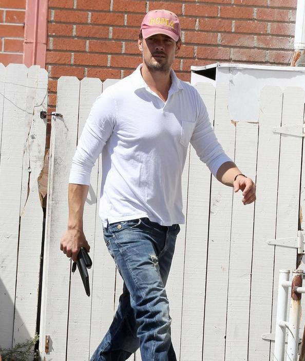 亚历山大·斯卡斯加德近期出街多,有大长腿傍身简单Tee+牛仔裤也惹眼;布拉德·皮特剪去飘逸长发,清爽利落显帅气。最新欧美型男明星街拍合辑。