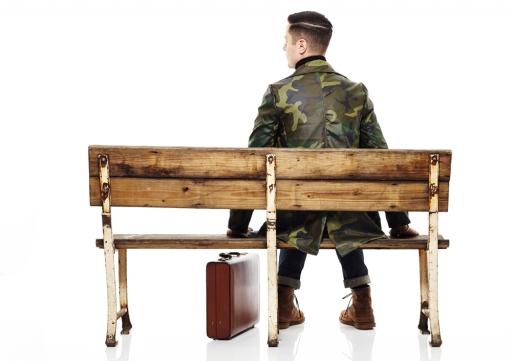 来自美国布鲁克林区的潮流品牌 QC//WC 在近日带来了全新一季服装的造型图集。作为美国街头文化前线,布鲁克林汇集了诸多街头着服文化,而 QC//WC 则在本季选择了以浓厚的军事风迎击2014年秋冬季的凌寒。在本季服装中,QC//WC 以轰炸机夹克、棒球服以及军事衬衫为版型并辅以全新面料进行设计。在浓厚的硬汉印象中集中凸显出布鲁克林区的着服风貌。在诸多单品中,那件迷彩风军事风衣十分引人注目,经典的版型搭配柔顺的面料无疑亮眼度十足!